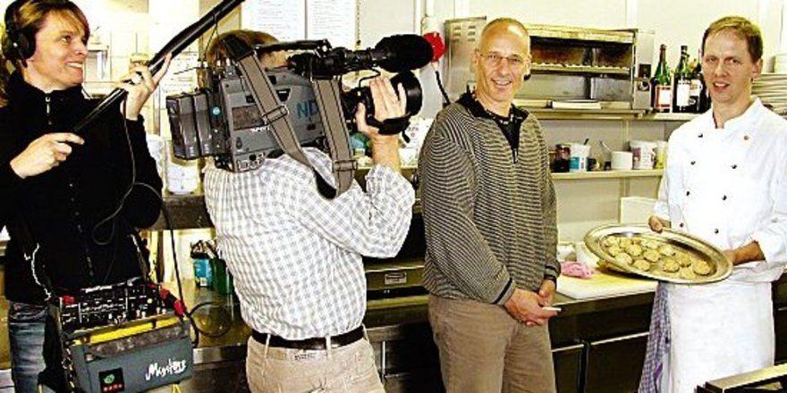 """Ein TV-Team als Topfgucker: <em>(von rechts) Küchenchef Volker Specht und Hotelier Maximilian Bruhn <tbs Name=""""foto"""" Content=""""*un*gw.6,5""""/>"""