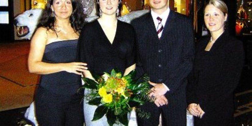 """Siegerin: <em>Jennifer Kittel (Zweite von links) mit den anderen Finalisten<tbs Name=""""foto"""" Content=""""*un*gw.6,5""""/>"""