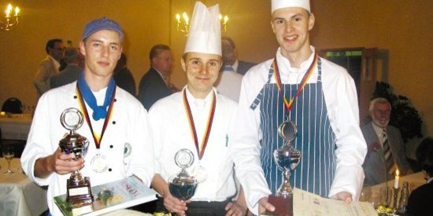 "Kreatives Köche-Trio: <em>(von links) Paul Papke (2. Platz), Pokalgewinner Stefan Recknagel und Robert Berg (3. Platz) <tbs Name=""foto"" Content=""*un*gw.6,5""/>"