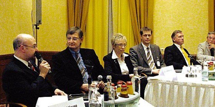 """Talkrunde beim Branchentag:<em> (von links) Matthias Theiner (Hotelier), Moderator Norbert Bosse, Sylvia Bretschneider (TMV), DEHOGA-Präsident Guido Zöllick und Wolfgang Rühle (Wirtschaftministerium) <tbs Name=""""foto"""" Content=""""*un*gw.6,5""""/>"""