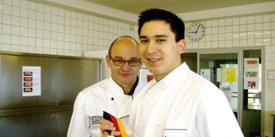 """Stolz auf das Erreichte: <em>Tohru Nakamura und sein Lehrer Josef Reitsam<tbs Name=""""foto"""" Content=""""*un*gw.6,5""""/>"""
