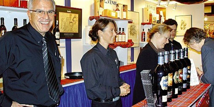 """Gute Laune an den Ständen: <em>Whiskyfreunde nutzten das Angebot <tbs Name=""""foto"""" Content=""""*un*gw.6,5""""/>"""