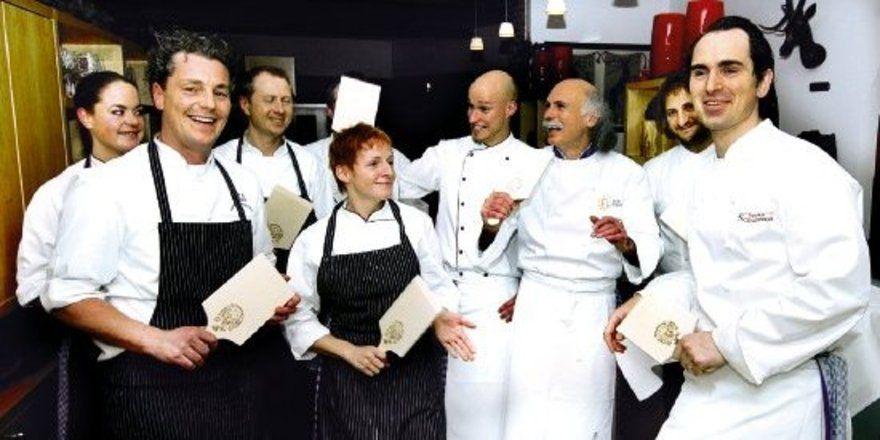 """Sterneköche mit Spätzlesbrett:<em> Beim Küchenfest im Hotel Schassberger Ebnisee wurde nicht nur gut gekocht, sondern auch zünftig gefeiert <tbs Name=""""foto"""" Content=""""*un*gw.6,5""""/>"""