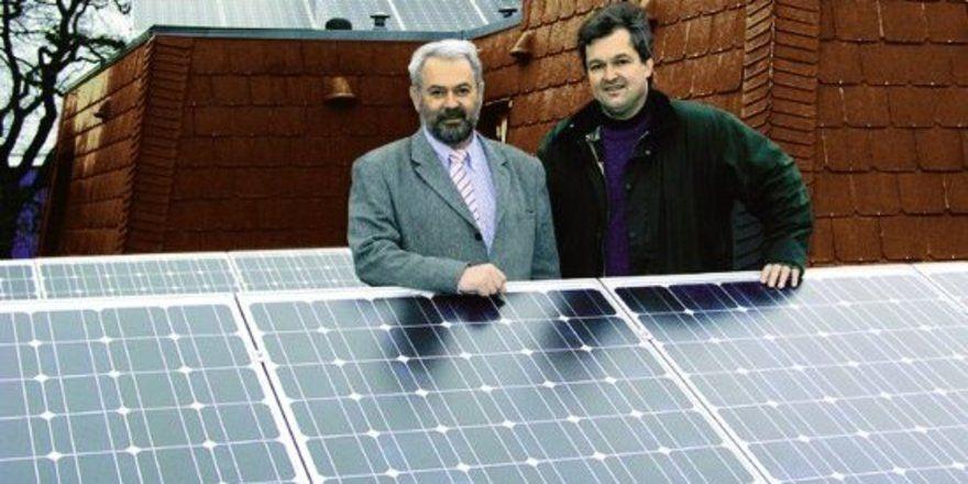 """Hoffen auf eine sonnige Zukunft: <em>Hoteldirektor Anton Schmid (l.) und Thomas Leidreiter von Solar im Norden GmbH <tbs Name=""""foto"""" Content=""""*un*gw.6,5""""/>"""
