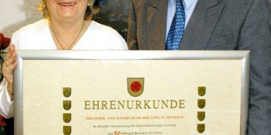 """Gerahmte Tradition: <em>Gabriele und Rudi Rauer freuen sich über die Urkunde der IHK zum Jubiläum <tbs Name=""""foto"""" Content=""""*un*gw.6,5""""/>"""