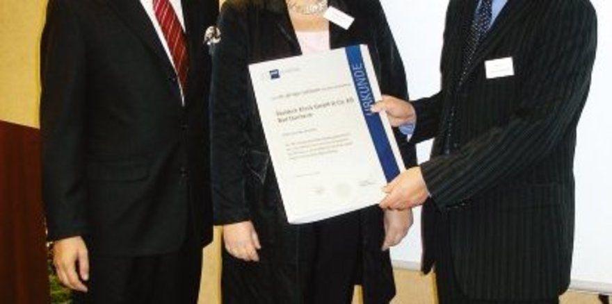 """Urkunde zum Firmenjubiläum: <em>IHK-Geschäftsführer (Schwarzwald-Baar-Heuberg) Thomas Albiez (rechts) ehrt die Inhaber Rüdiger und Beate Schrenk <tbs Name=""""foto"""" Content=""""*un*gw.6,5""""/>"""