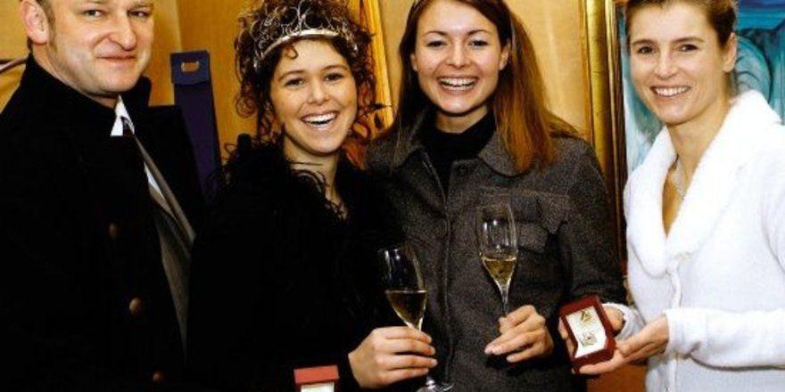 """Pfälzer Weinadel: <em>Katja Schweder und Susanne Winterling (links) mit Annette Schleuning (rechts) <tbs Name=""""foto"""" Content=""""*un*gw.6,5""""/>"""