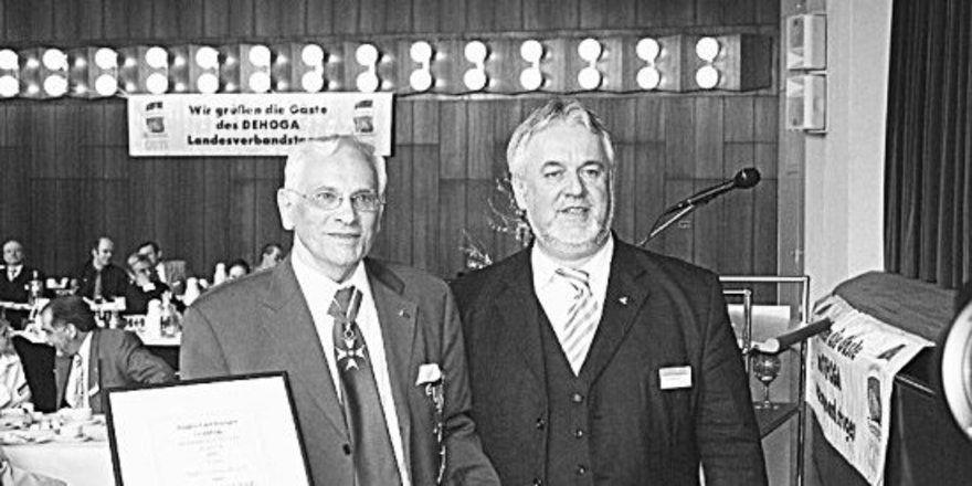 Gastronom Hans-Lothar Fauth aus Lübeck (links) erhielt von Präsident Peter Bartsch die goldene Ehrenplakette und Ehrennadel des DEHOGA Schleswig-Holstein.