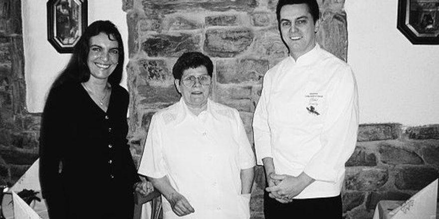 """Unser Bild zeigt das erfolgreiche Team: Seniorchefin Sieglinde Demoly (Mitte) sowie Michel Demoly mit Ehefrau Silvia. <tbs Name=""""foto"""" Content=""""*un""""/>"""