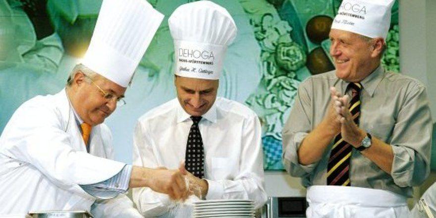 """Promi-Kochen: <em>Auch 2008 werden Persönlichkeiten aus Politik, Wirtschaft und Medien gemeinsam mit DEHOGA-Profis die Kochlöffel schwingen – unter ihnen Ministerpräsident Oettinger (Mitte) und Wirtschaftsminister Ernst Pfister (links) <tbs Name=""""fot"""