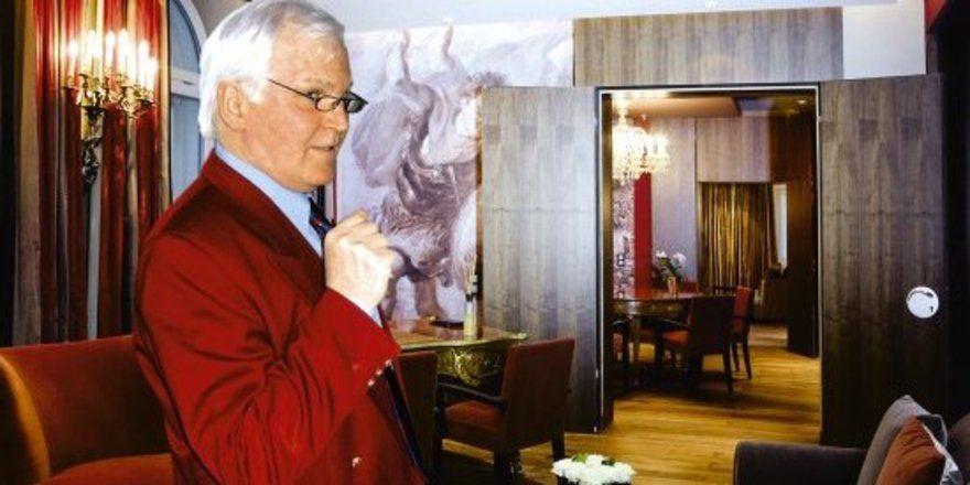 """Zum Jubliäum renoviert: <em>Gerhard Möller zeigt den Besuchern die prachtvolle Ludwigssuite. Dort schlafen die Präsidenten <tbs Name=""""foto"""" Content=""""*sm*un*gw.6,5""""/>"""
