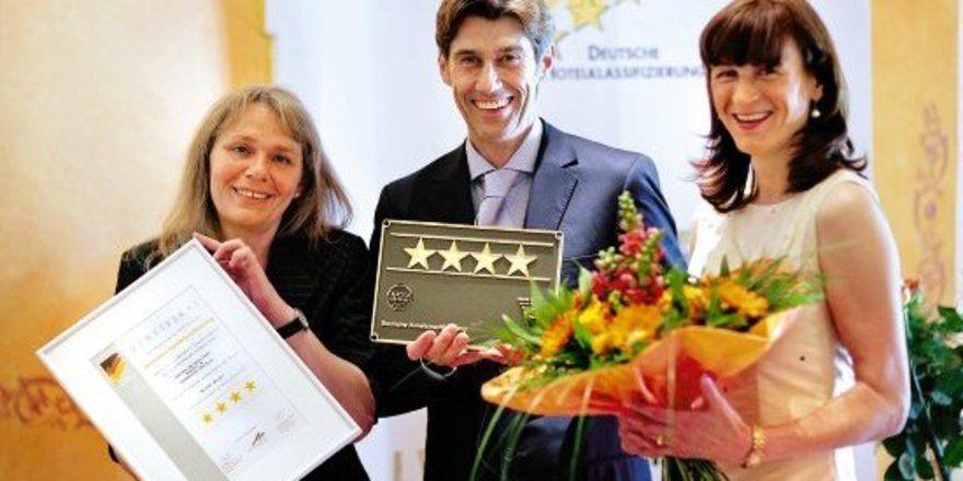 """Qualität bestätigt: <em>(von links) Margret Bongart, Leiterin Hotelklassifizierung der Rheinland-Pfalz Tourismus GmbH und die Eigentümer Joachim und Ulla Joswig <tbs Name=""""foto"""" Content=""""*sm*un*gw.6,5""""/>"""