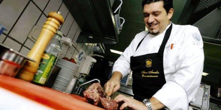 """Bei der Arbeit: <em>Marcello Fabri</em> <em>entscheidet, was im bekanntesten Hotel der Stadt auf die Teller kommt und lässt sich von der Thüringer Küche inspirieren <tbs Name=""""foto"""" Content=""""*sm*un*gw.6,5""""/>"""