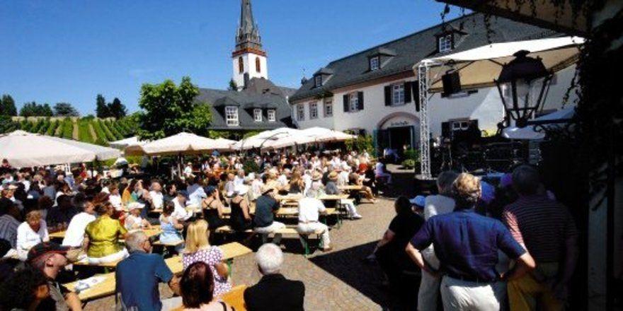 """Weinseliges Treiben: <em>In vielen Gemeinden ersetzt der zeitlich befristete Weinausschank längst das Dorfgasthaus <tbs Name=""""foto"""" Content=""""*sm*un*gw.6,5""""/>"""