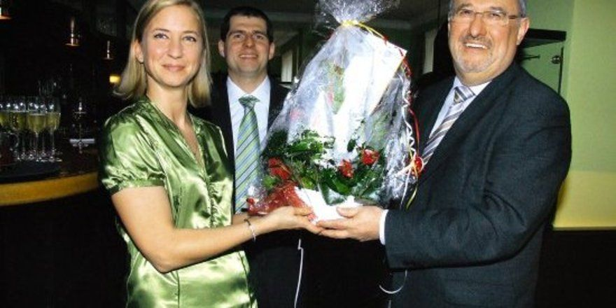 "Blumengruß: <em>Bürgermeister Gerhard Link (rechts) mit Mark Antal und Szuzsanna Antal-Tabody <tbs Name=""foto"" Content=""*sm*un*gw.6,5""/>"
