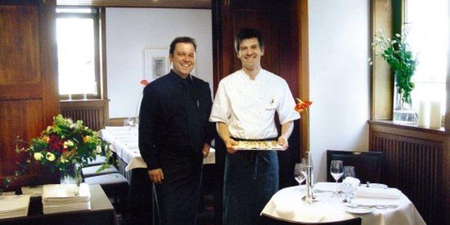 """Petits fours zum Nachtisch: <em>Im Gasthof Krone setzen die neuen Betreiber Matthias Gugeler (links) und Patrick Giboin (rechts) auf herzlichen Service und hohe Qualität <tbs Name=""""foto"""" Content=""""*sm*un*gw.6,5""""/>"""