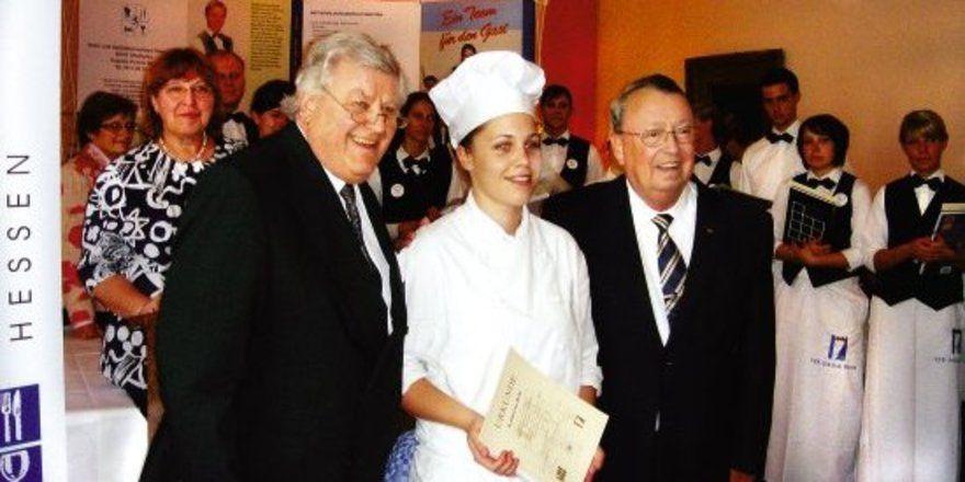 "Hessenmeisterin: <em>Hotelier Bernd O. Ludwig (links) und Reinhard Schreek, Präsident des DEHOGA Hessen, gratulieren Katharina Beth <tbs Name=""foto"" Content=""*sm*un*gw.6,5""/>"
