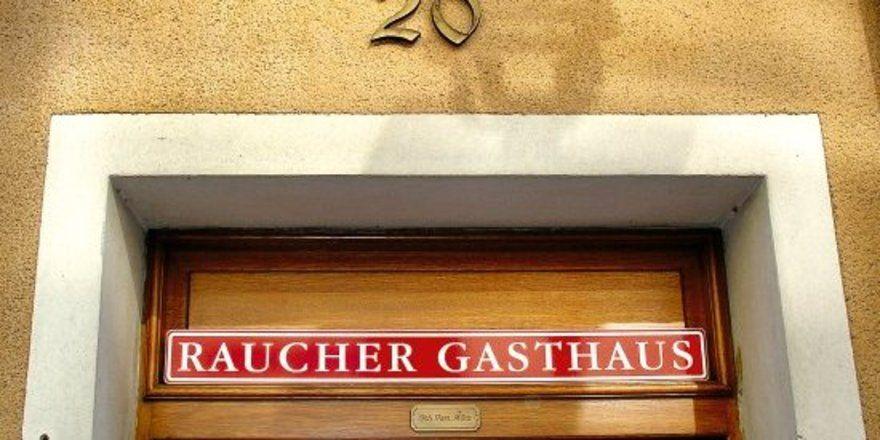 """Klare Linie: <em>Franz März erklärt seine Gaststätte zum Raucherlokal <tbs Name=""""foto"""" Content=""""*sm*un*gw.6,5""""/>"""