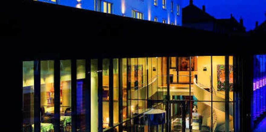 Elegante Erscheinung: Das Hotel Stadt Freiburg bei Nacht