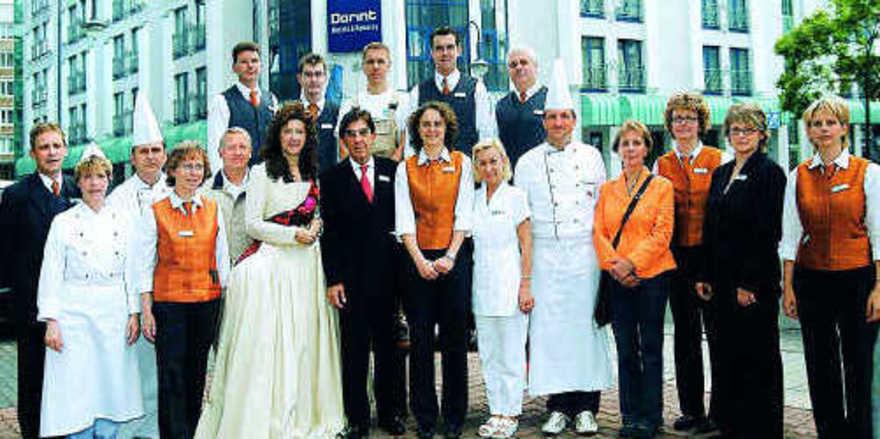 Erfolgreiches Team: Mitarbeiter des Dorint Charlottenhof um Hoteldirektor Bertram Thieme (Neunter von links)