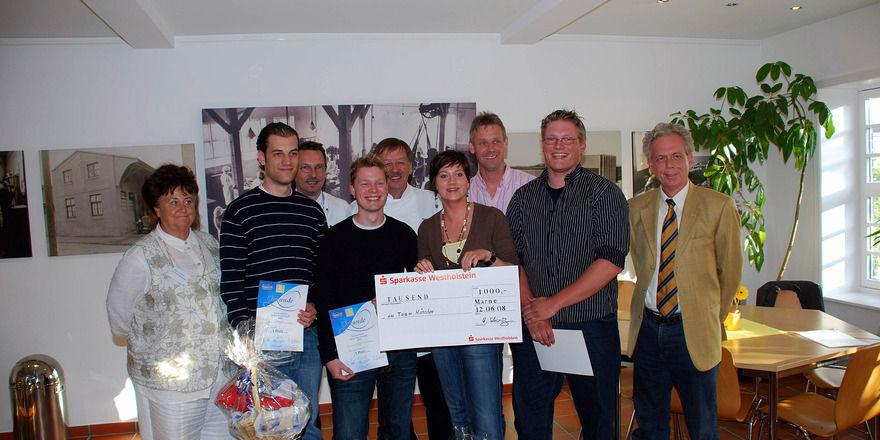 Siegerehrung in der Matjesmanufaktur: Firmenchef Hendrik Schwarz (r.) mit dem siegreichen Team und den Jury-Mitgliedern