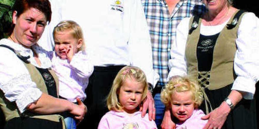 Familienbetrieb: (von links) Yvonne Schäfer mit Sahra, Laura und Nora und Küchenchef Tim Schäfer mit seinen Eltern Martin und Annemarie
