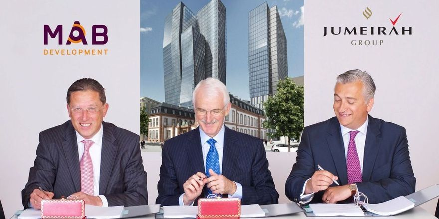 Vertragsunterzeichnung (v.li.): Jan G. F. Eijkemans, Director der MAB Development B.V., Gerald Lawless, Executive Chairman der Jumeirah Group, Michael L. Flesch, Managing Director of MAB Development Deutschland GmbH.