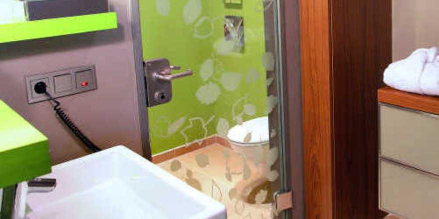 Green bathroom: In den Badezimmern im Mövenpick München Airport Hotel setzt man mit ökologisch unbedenklichen Materialien auf nachhaltiges Grün und ein gutes Gewissen