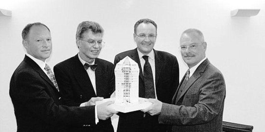 """Hoffen auf baldigen Baubeginn: Jürgen Kolper, Ernest Joachim Storr, Stefan Flury und Jürgen Mantell mit einem Modell des Hotels (v. l.). <tbs Name=""""foto"""" Content=""""*un""""/>"""