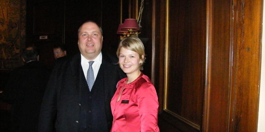 """Signalwirkung: Stephan Kaminski, Direktor Hotel Vier Jahreszeiten Kempinski München, und Teresa von Seubert """"in Red"""""""