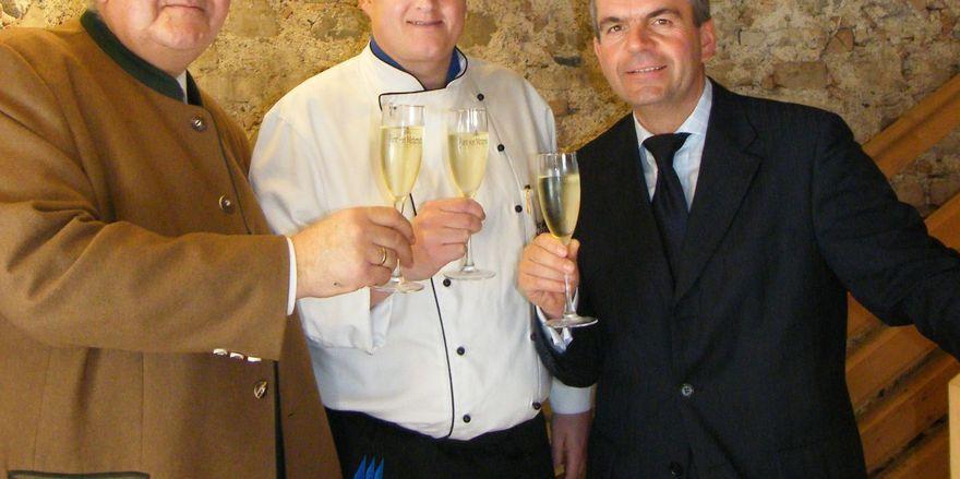 Prickelnder Taste-Auftakt: (von links) Peter Strobl, Henkell Sektkellerei, Küchenchef Jörg Michael und Direktor Richard Mayer, Maritim Hotel München