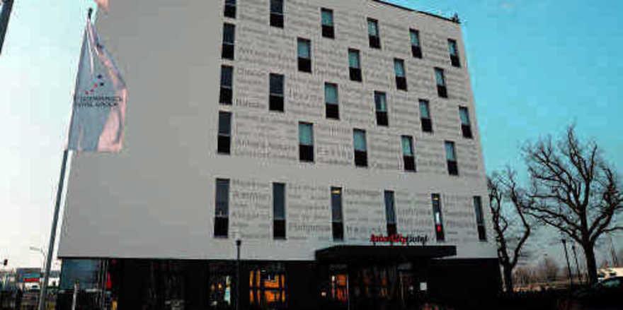Hingucker: Städtenamen zieren die Fassade des neuen Intercityhotels