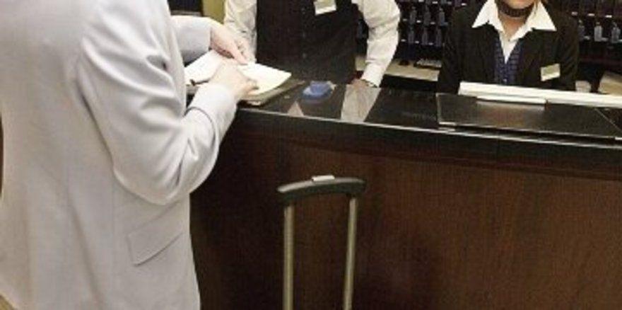 """So gelassen und professionell wie Ibrahim Bektas und Morena Kusza in der Rezeption als Hoteldirektor und Empfangschefin agierten, fiel keinem Gast auf, dass Azubis für einen Tag die Rolle des erfahrenen Profi-Teams übernommen hatten. <tbs Name=""""foto"""""""