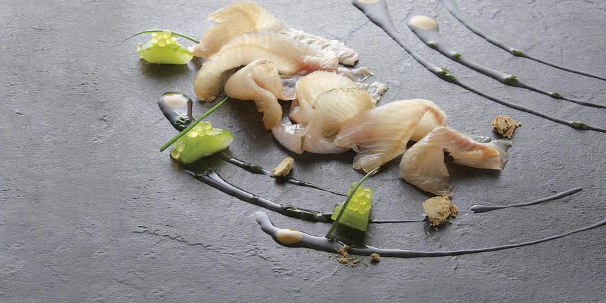Rezept von Joachim Wissler: Bachforelle mit Kombu-Algen gebeizt, Buttermilch-Gazpacho und fermentierte Bohnencreme