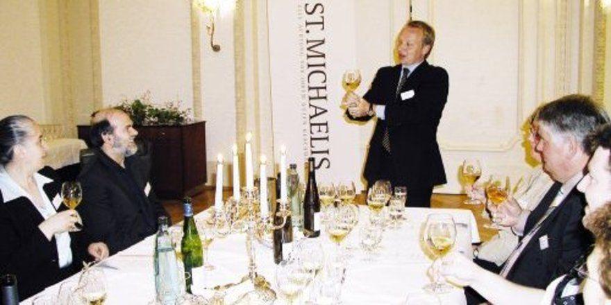 """Sommelier Hendrik Thoma machte die Gäste anschaulich mit elsässischen Weinen vertraut. <tbs Name=""""foto"""" Content=""""*un""""/>"""