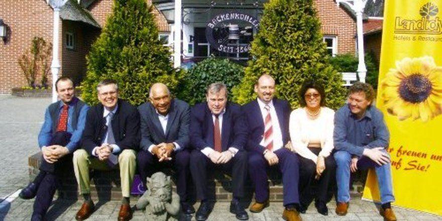Gruppenbild mit Dame – er Vorstand der Landidyll-Hotels (v.l.): Udo Fuhrhop (Beisitzer), Rolf Beckmann (Schatzmeister), Richard Zrenner (Ex-Vorsitzender und nun Ehrenpräsident), Armin Scheg-Emmerich (Co-Präsident), Karl-Martin Schneider (Co-Präsident