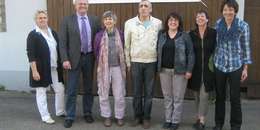 """Der Wirt ist gefunden (von links): Daniela Partl (Jury), Bürgermeister Guido Belzl, Susanne Flach-Wittmann (Arbeitskreis """"Zukunft Dorf""""), Franco und Maria di Garbo, Renate Rüd (Jury) und Verpächterin Sigrid Nerreter"""