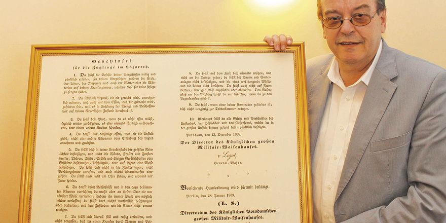 Dokumentiert: Direktor Dieter Dudeck zeigt eine Gesetztafel für die Zöglinge aus dem Jahr 1839