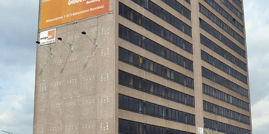 Es gibt noch viel zu tun: Die Fassade des 1974 errichteten Bürohauses (links) soll im Rahmen des Umbaus zum Hotel auch erneuert werden. Direktor Sven-Olaf Weber (rechts) in einer Juniorsuite