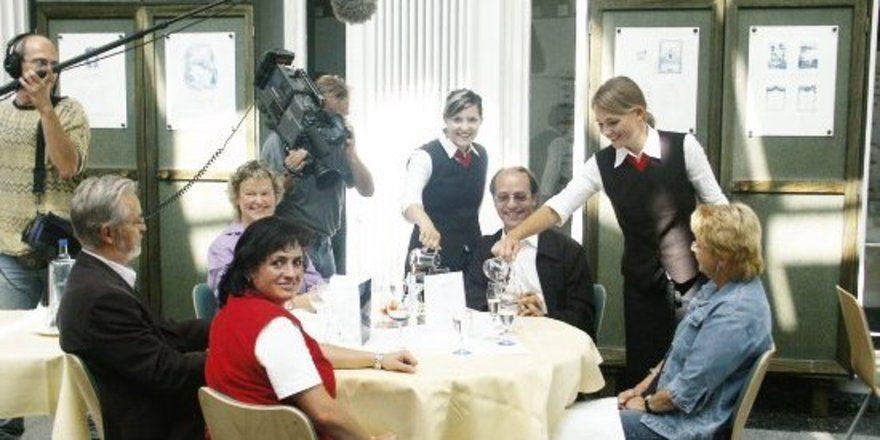 Eine Situation bei den Filmaufnahmen: eine Gruppe hörgeschädigter Gäste mit Schülerinnen der HBFS als Servicekräfte im Schulrestaurant des Technisch-gewerblichen Berufsbildungszentrums II in Saarbrücken.