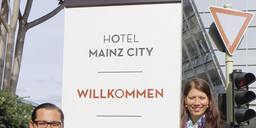 Frischer Look: Hoteldirektor Robert Ganczorz und Mitarbeiterin Carolin Bernhardt posieren vor der neuen Stele