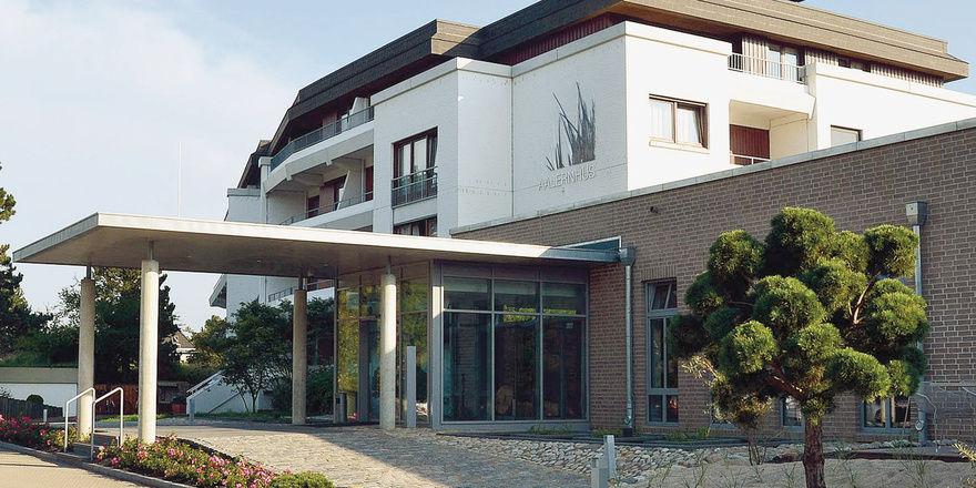 Neustart: Küchenchef Peter Grundmann und Direktor Stephan Aggen im neuen Foyer des Hotels. Für die Außenanlagen wurde Dünensand herbeigeschafft