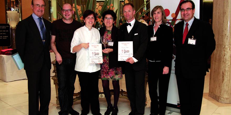 Stolz: Die Jury präsentiert die beiden Sieger Karin Appeldorn und Gunnar Tietz (mit Urkunden)