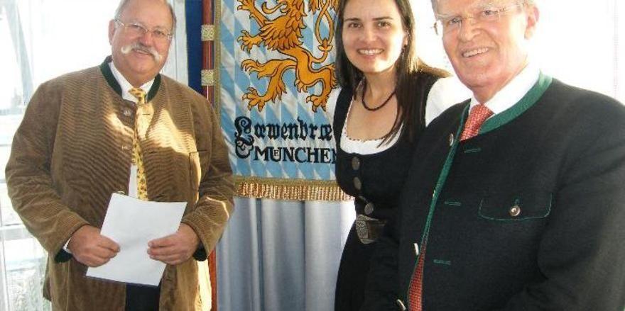 """Hirschau-Käufer und Verkäufer (von links): """"Wiggerl"""" Hagn mit Tochter Stephanie Spendler und Jobst Kayser-Eichberg"""