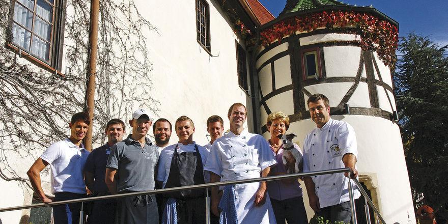 Die Gäste können kommen: (von rechts) Küchenchef Andreas Bauer, Mutter Inge und Bruder Markus mit einem Teil des Teams