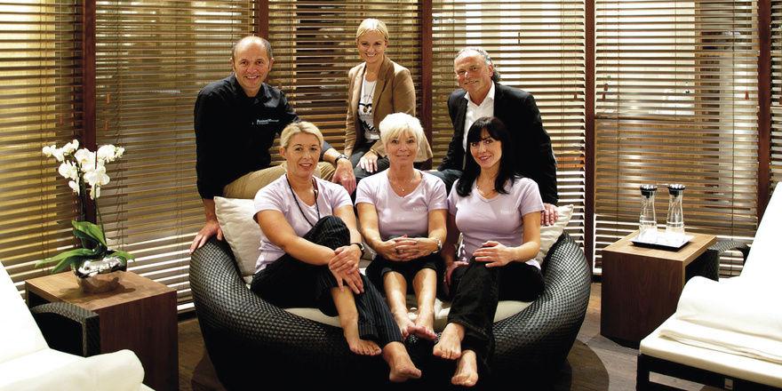 Starke Gastgeber: Meinhard und Ute Schibrath (oben rechts) mit Spa-Team (von links) Wolfgang Mohr, Birgit Lorenzen, Manuela Rakers und Alla Tibelius
