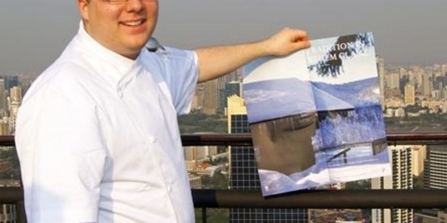 Einmaliger Arbeitsplatz: Florian Stolte auf der Terrasse des Vertigo Roof Top Restaurants in Bangkok