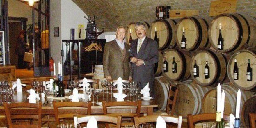"""Die Eigner der Habel Weinkultur (v.<spchar Name=""""EMSQ18""""/><spchar Name=""""EMSQ18""""/>l.): Habel-Nachfahre in direkter Linie in der 8.<spchar Name=""""EMSQ14""""/>Generation Dirk Gießelmann und Geschäftsführer Hilmar Gathof im Weinladen. <tbs Name=""""foto"""" Conten"""