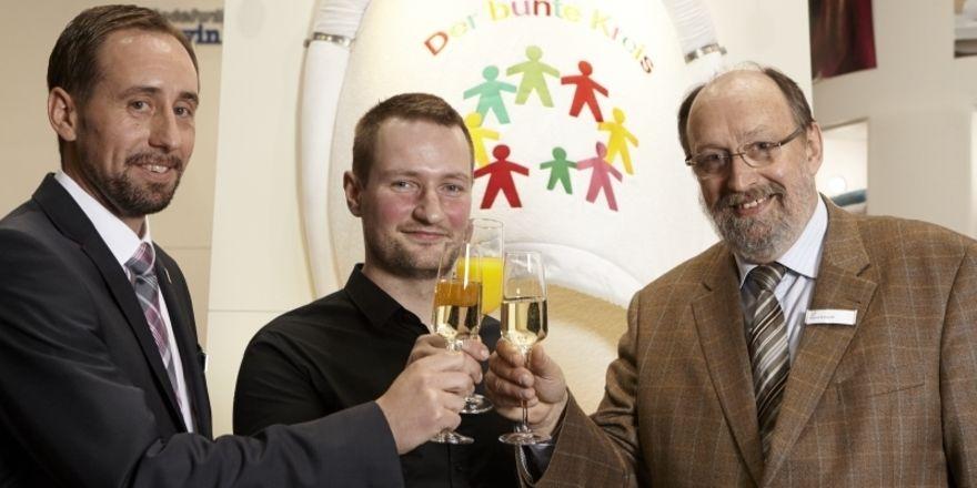 Ein Toast aufs Engagement: (von links) Matthias Ammon (Hotelwäsche Erwin Müller), Sternekoch Sebastian Frank und Horst Ehrhardt (Bunter Kreis), stoßen auf die Aktion für kranke Kinder an
