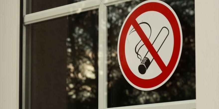Kennzeichnungspflicht: Alle Gaststätten in NRW müssen im Eingangsbereich deutlich sichtbar als Nichtraucherbetrieb gekennzeichnet sein